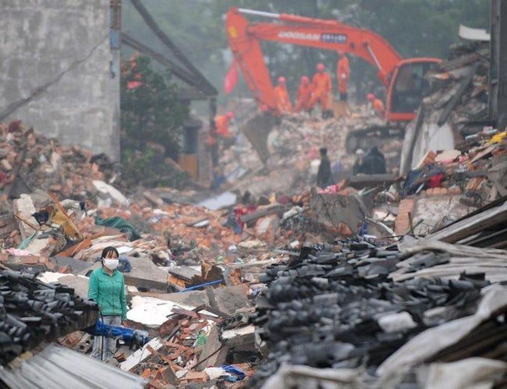 Gempa bumi berkekuatan 9,0 skala Richter mengguncang prefektur Tohoku, Jepang pada tahun 2011. Gempa bumi ini tidak hanya mengakibatkan tsunami setinggi 40 meter tetapi juga mendorong pulau Honshu sejauh 2,4 meter ke arah timur. Gempa bumi ini juga merusak pembangkit listrik tenaga nuklir Fukushima dan menyebabkan kebocoran radiasi. (Foto: Nature)