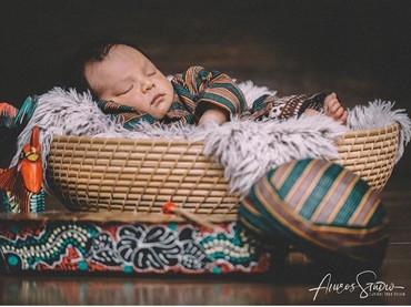 Pakai baju khas Jawa begini, Bima terlihat seperti sudah besar banget ya. (Foto: Instagram @abimanyu_manggala/ @aiueobaby.studio/ @habibie.ahmad.akbar)