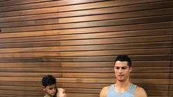 Anak dari bintang sepakbola Christiano Ronaldo kerap mengikuti kebiasaan ayahnya berolahraga di gym. Efeknya ia tampak kekar di usia delapan tahun.