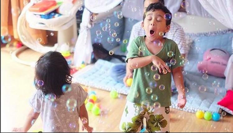 Adam dan Hawwa kompak banget main bubble. (Foto: Instagram @shireensungkar).