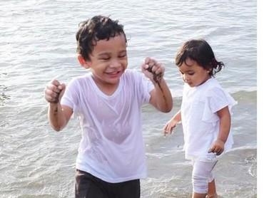 Basah-basahan main di pantai, seru maksimal. (Foto: Instagram @shireensungkar).