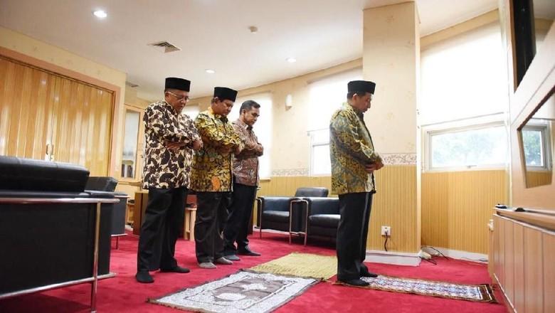 Salim Segaf Imami Salat Asar, Prabowo Jadi Makmum