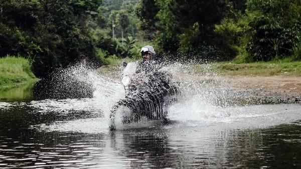 Bahkan Derby sempat memacu kencang motornya, sampai-sampai air sungai terciprat semua. (dok. Istimewa)