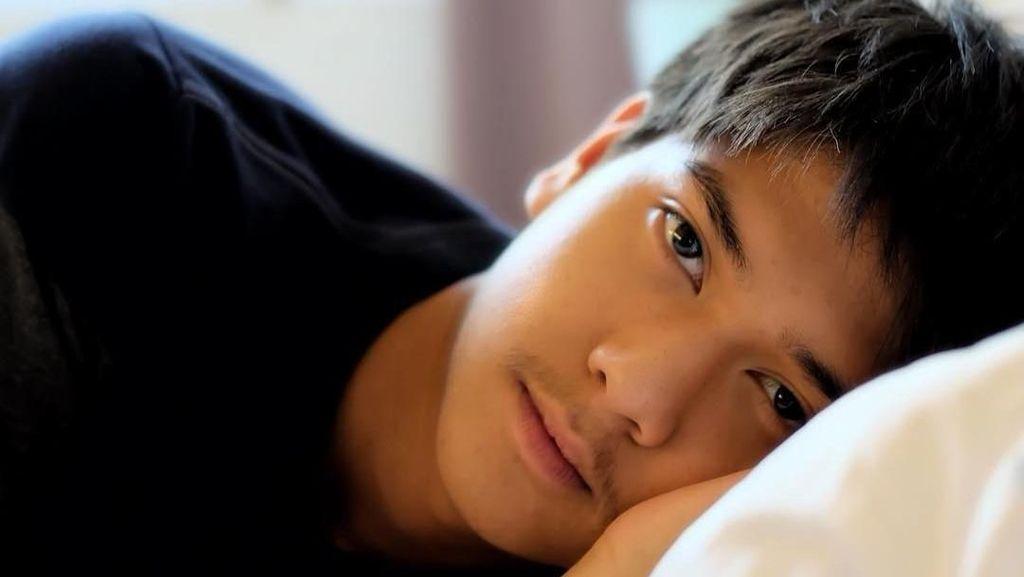 Deretan Foto Iqbaal Dilan di Tempat Tidur Ini Bikin Wanita Lemas