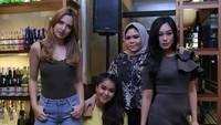 Bahkan Nia menyebut dalam instagramnya ia dan teman-temannya adalah mama-mama rasa abegong (abg).Dok. Instagram/ramadhaniabakrie