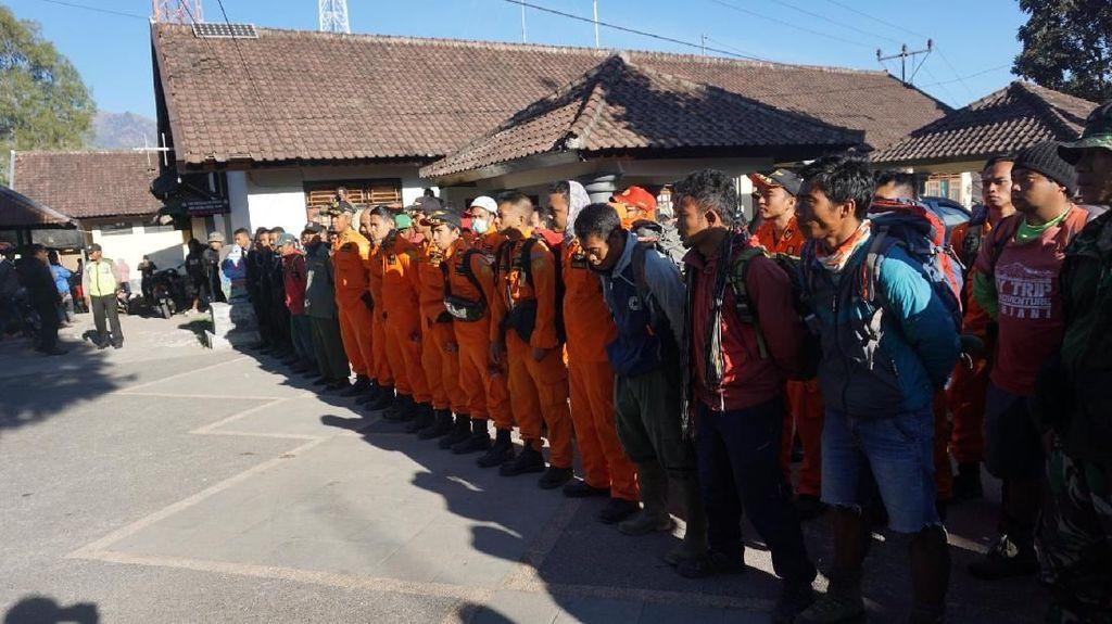 Foto Evakuasi Ratusan Pendaki yang Terjebak di Rinjani Dilanjut