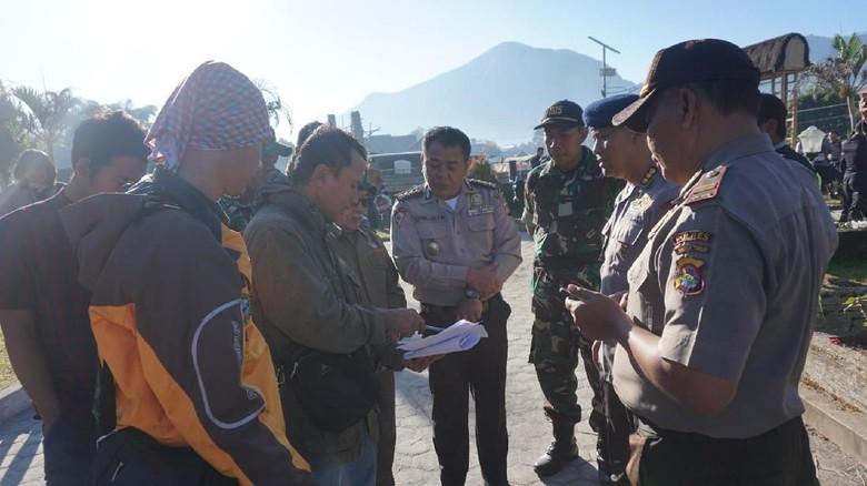 2 Helikopter Disiagakan Evakuasi Ratusan Pendaki di Gunung Rinjani
