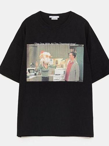 Kaus 'Friends' dari Zara.