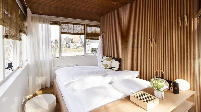 Seperti ini design kamar hotel kekinian di yang menempati bangunan pos Jembatan Buiksloterdraiiburg di Amsterdam, Belanda. Sebelum difungsikan jadi kamar yang bisa disewa wisatawan, ruangan ini digunakan untuk mengawasi kapal yang lalu lalang melewati kanal (dok. Sweets Hotel)