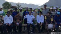 Saat Jokowi dan TGB Dengarkan Aspirasi Petani di Tengah Sawah
