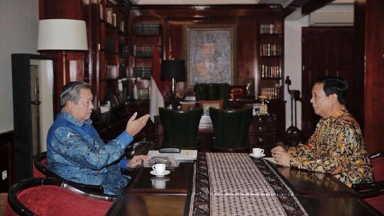 Gaya SBY Nikmati Kopi Hambalang Suguhan Prabowo