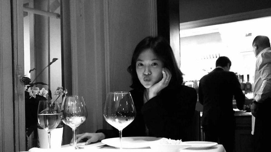 Mengintip Gaya Si Cantik Song Hye Kyo dengan Minuman Kesukaannya