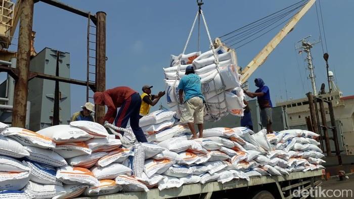 Sebanyak 22.500 ton beras impor asal Thailand tiba di Pelabuhan Merak Mas, kota Cilegon, Banten.