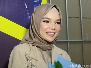 Dewi Sandra Belum Bisa Berkomunikasi dengan Inneke Koesherawati