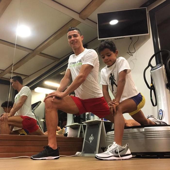 Besar di lingkungan keluarga yang bugar, Christiano Ronaldo Jr sudah mulai berolahraga sejak kecil. (Foto: Instagram/cristiano)