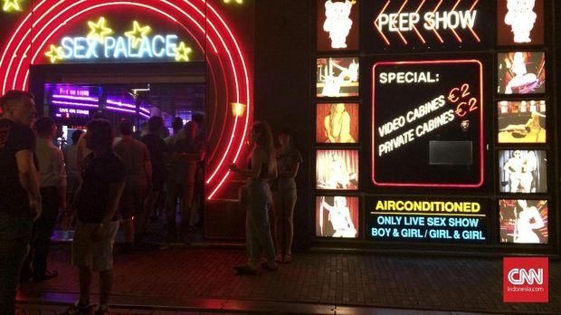 Bagi yang ingin menikmati pertunjukan bugil, Sex Palace menawarkan dengan harga miring.