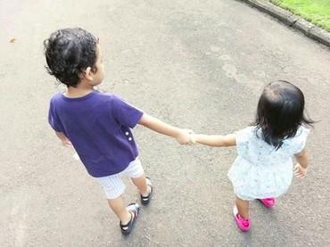 Adam dan Hawwa bergandengan tangan nih saat jalan pagi. So sweet banget ya, Bun. (Foto: Instagram @shireensungkar).