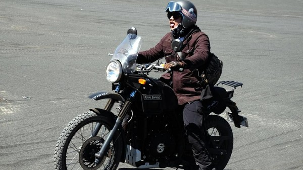 Mantan bintang Petualangan Sherina ini pun menganggap touring ke Bromo ini sebagai pengalaman yang berkesan baginya. Kamu pernah touring motor ke Bromo tidak traveler? (dok. Istimewa)