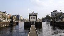 Ini Pos Jaga Jembatan atau Kamar Hotel Kekinian?