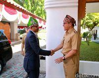 Duta Besar Singapura untuk Indonesia Anil Kumar Nayar menyalami Bupati Banyuwangi Abdullah Azwar Anas.