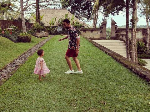 Gaya Kasual John Legend dan Chrissy Teigen Saat Liburan di Bali