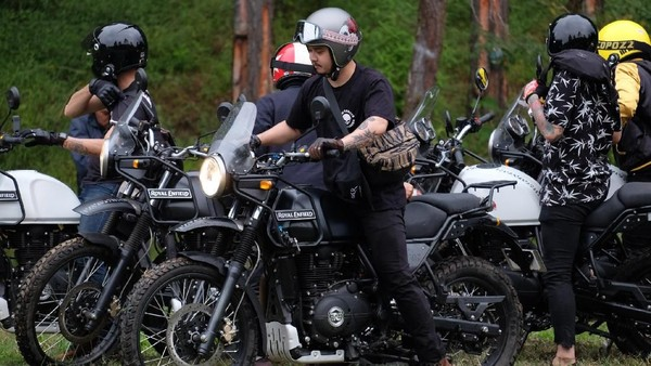 Begini aksi aktor ganteng Derby Romero saat menunggangi motor Royal Enfield Himalayan ke Bromo, pekan lalu. Derby memang suka touring naik motor ke berbagai destinasi. (dok. Istimewa)