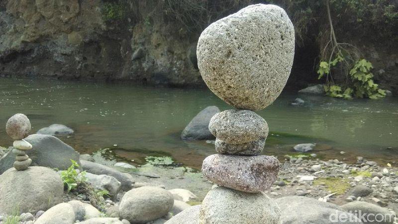Saat akhir pekan, traveler bisa melihat kegiatan rock balancing di berbagai kota. Kalau di Kabupaten Bandung, tempatnya ada di Driam Riverside Resort, Ciwidey (Rachmadi/detikTravel)