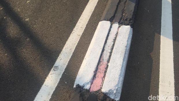 Pembatas jalan di Pasar Rebo sempat dicat warna-warni lalu balik lagi jadi hitam-putih /