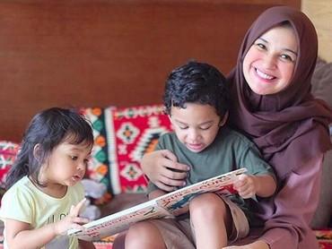 Membaca buku bareng ditemani bunda, happy banget. (Foto: Instagram @shireensungkar).