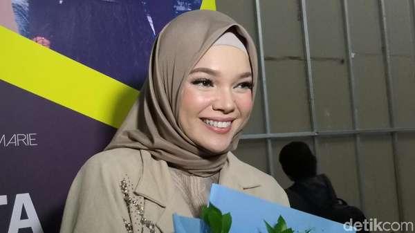 Senyum Semringah si Cantik Dewi Sandra