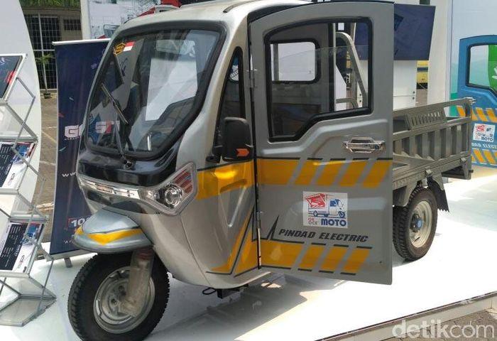 Pindad memamerkan kendaraan listrik roda tiga dalam acara Seminar and Exhibition Electric Car di Gedung BPPT Jakarta.