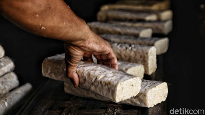 Perajin pembuat tempe mengolah kacang kedelai dalam proses pembuatan tempe di pabrik rumahan, Sunter Jaya, Jakarta Utara, Selasa (31/7). Menurut perajin tempe, menjelang Asian Games mereka mengeluhkan peraturan pemprov DKI Jakarta yang mengharuskan mereka harus berhenti produksi saat Asian Games 2018 di Jakarta dimulai, karena perajin tempe diduga