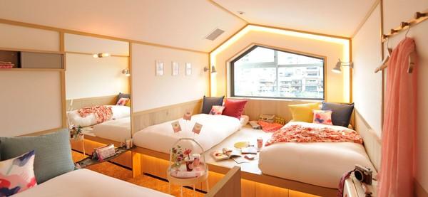 Kesan kawaii dan ceria pun bisa dilihat dari kamar hotelnya. Warna cerah dan interior nan Instagramable bisa ditemui (cafetel.jp)