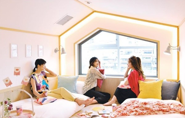Bagi para traveler wanita yang solo traveling atau menginginkan privasi, bisa mampir ke Cafetel di Kyoto. Hotel ini khusus mengizinkan wanita untuk menginap. Ibaratnya tempat kost khusus putri (cafetel.jp)