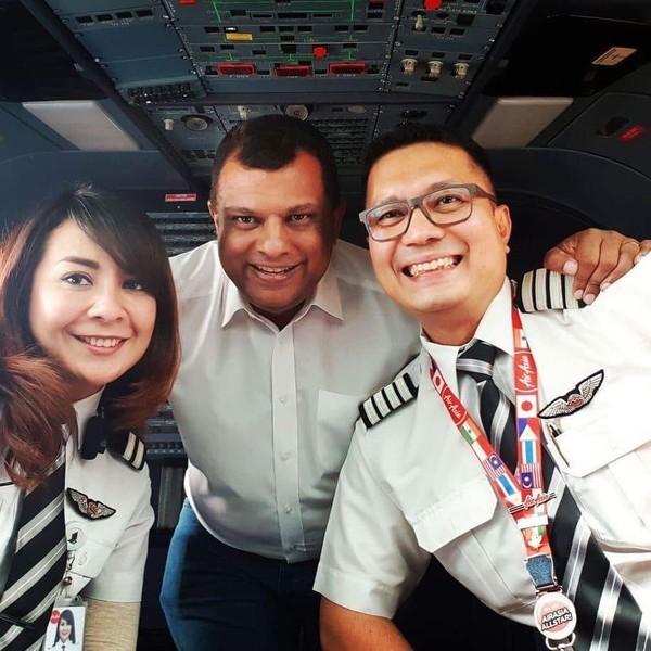 Dalam akun Instagram CEO Grup AirAsia Tony Fernandes, Tony mengupload foto bersama dua pilot. Salah satunya pilot wanita bernama Fernanita, yang disebutnya sebagai wanita yang berhasil mengejar cita-cita (tonyfernandes/Instagram)