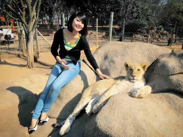 Fera pernah ke Afrika Selatan dan berpose dengan singa (fera_fe/Instagram)