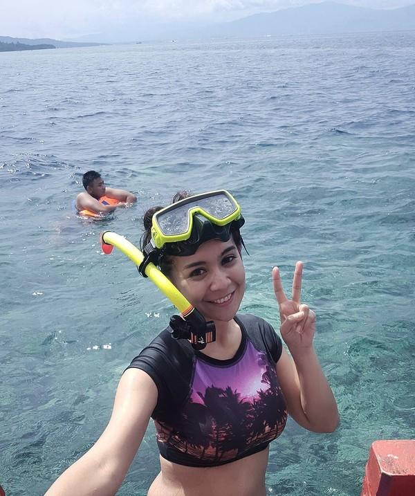 Habis snorkeling di Bunaken, Sulawesi Utara, girang banget sih! (fera_fe/Instagram)