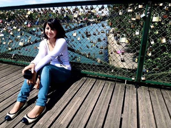 Masih di Prancis, Fera mendatangi Pont des Arts tempatnya gembok cinta (fera_fe/Instagram)