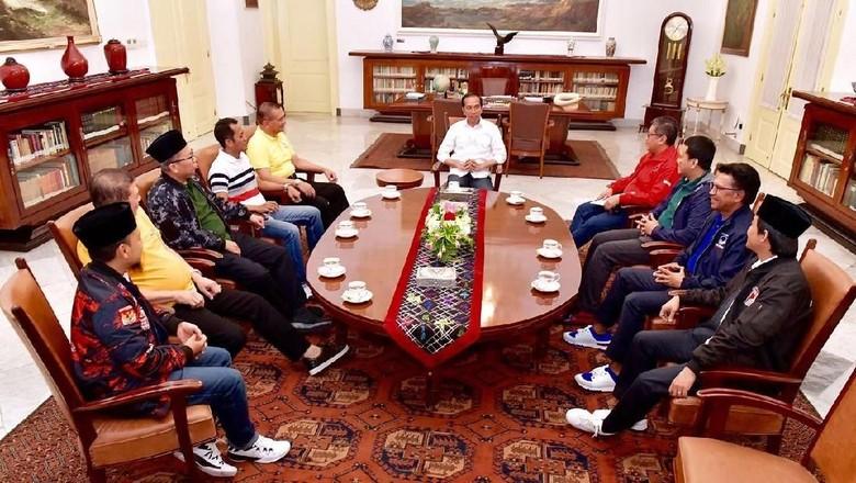 Gaya Kompak Koalisi Jokowi: Sneakers, Kaus Putih, hingga Peci