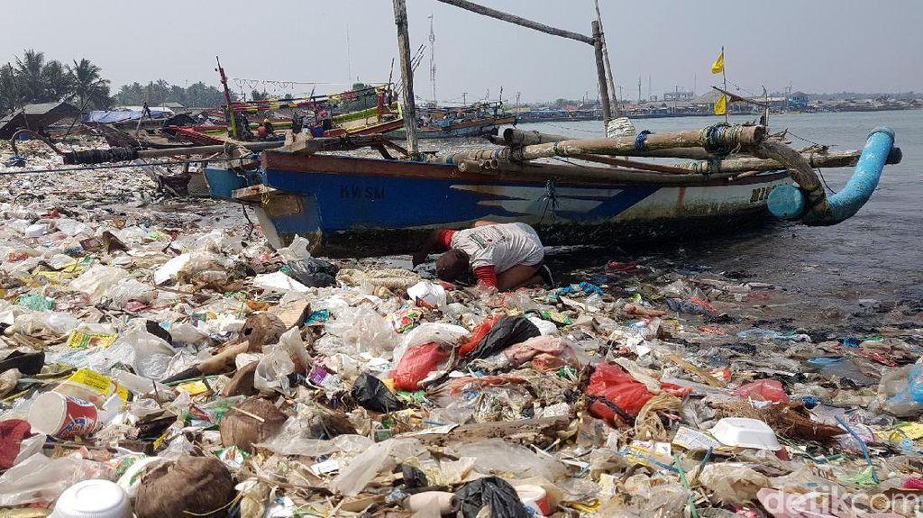 Penampakan Puluhan Ton Sampah di Pantai Labuan Pandeglang