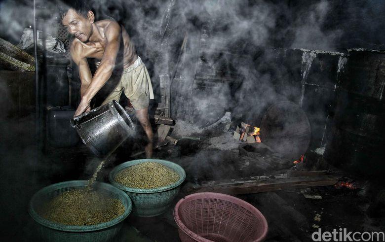 Beginilah pengolahan industri rumahan perajin tempe yang berada di bantaran Kali Item yang sempat menuai kontroversi.