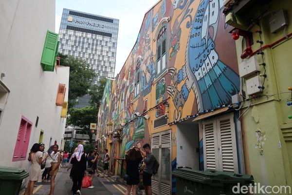 Mural-mural ini bisa kamu temukan di hampir setiap bangunan di jl Haji Lane. Kawasan ini bisa dibilang favorit sebagai tempat berfoto. (Bonauli/detikTravel)