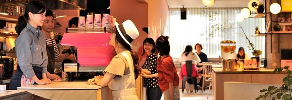 Cafe ini pun terbuka untuk umum. Siapa pun boleh mampir dan menikmati makanan serta minuman yang tersedia. Tempat ini juga tak jarang menghadirkan event dan kegiatan tertentu (cafetel.jp)