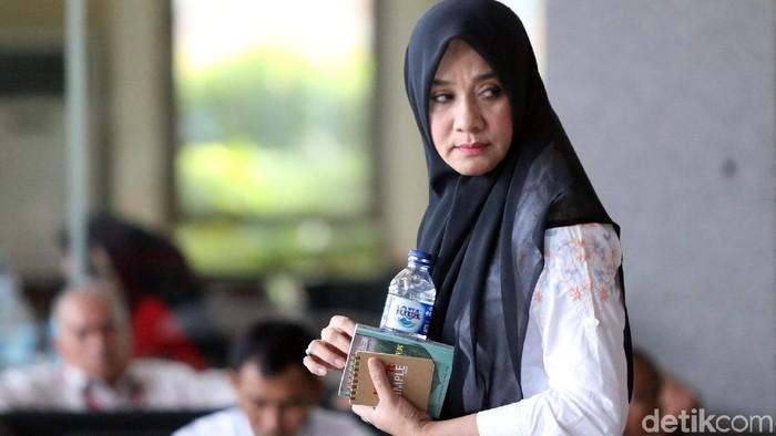Penyelidikan kasus suap Irwandi Yusuf terus dilakukan oleh KPK. Kali ini istri Gubernur Aceh yang diperiksa sebagai saksi kasus suap itu.