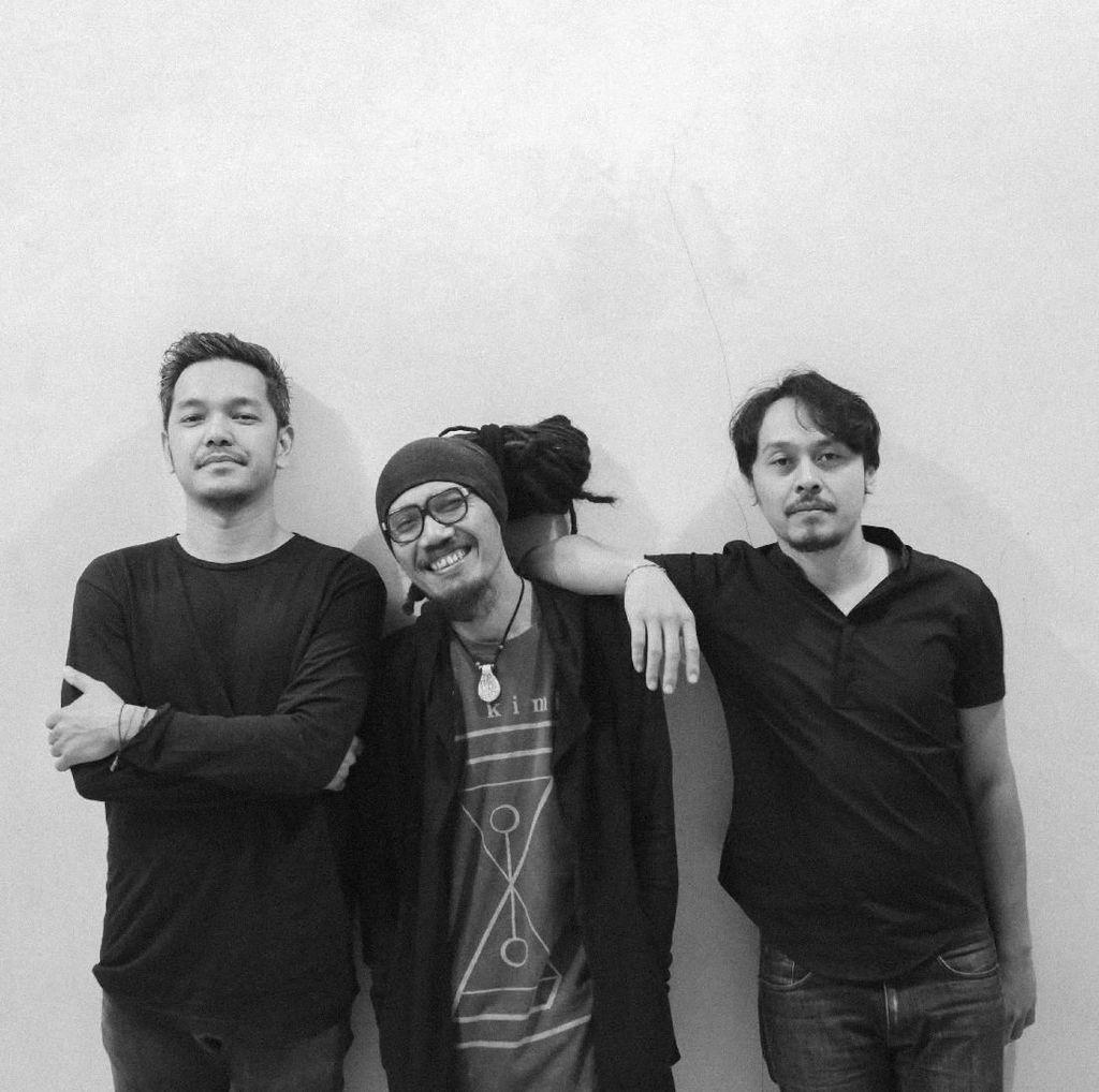 Trio Folk Dialog Dini Hari Cerita Soal Perang Antar Manusia di Pralaya
