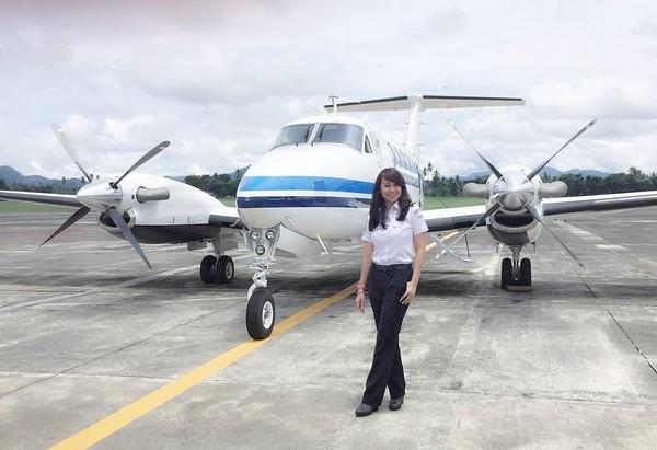 Ternyata Fera sempat menjadi pilot pesawat perintis. Pasti sudah terbang ke pulau-pulau yang cantik nih! (fera_fe/Instagram)