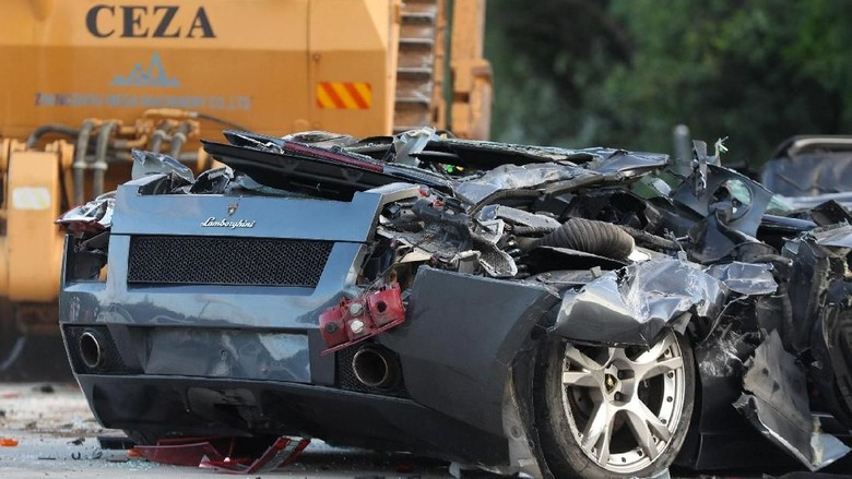 Mobil yang dihancurkan Foto: Dok. Robinson Ninal/Presidential Photo/Handout via REUTERS