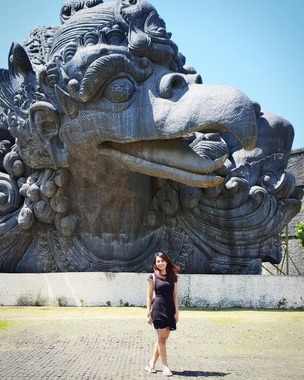 Saat berlibur ke Bali, dia menyempatkan diri berfoto-foto di GWK (fera_fe/Instagram)