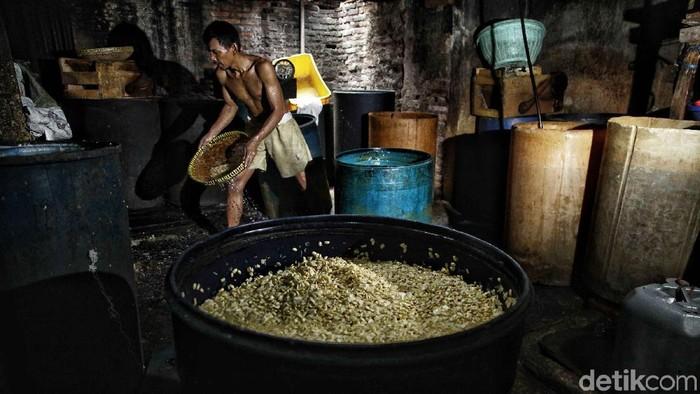 Perajin pembuat tempe mengolah kacang kedelai dalam proses pembuatan tempe di pabrik rumahan, Sunter Jaya, Jakarta Utara, Selasa (31/7). Menurut perajin tempe, menjelang Asian Games mereka mengeluhkan peraturan pemprov DKI Jakarta yang mengharuskan mereka harus berhenti produksi saat Asian Games 2018 di Jakarta dimulai, karena perajin tempe diduga menjadi penyebab utama pencemaran kali item.