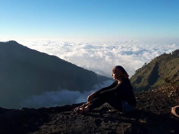 Pose Fera saat mendaki Gunung Rinjani di Lombok beberapa bulan lalu (fera_fe/Instagram)